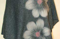 Ponczo wełną zdobione w kwiaty