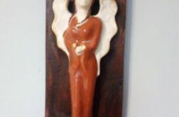 Ceramiczny anioł na desce