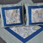 Kwadratowy obrus w niebieskie kwiaty 80x80 cm -