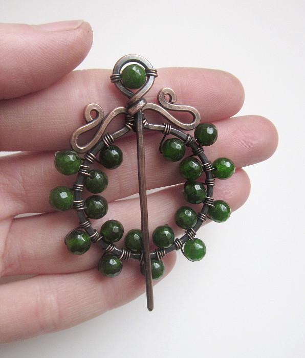 Brosza z zielonymi jadeitami