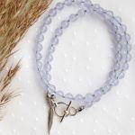 Fioletowo-niebieski naszyjnik z piórkiem - Naszyjnik z wygodnym zapięciem, z kamieni