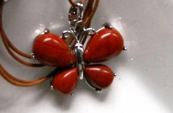 Wisiorek z motylem, mokait czerwony