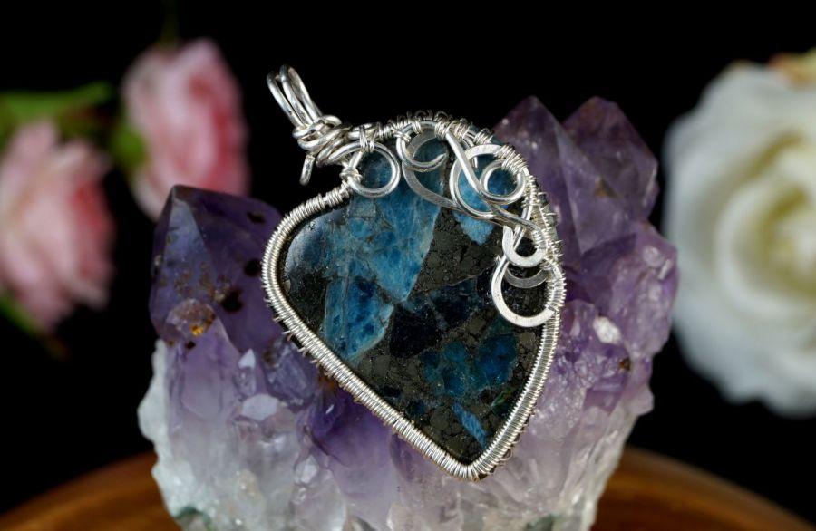 Srebrny wisior z pirtem z kyanitem serce