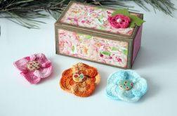 Kwiatki do włosów w pudełeczku