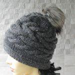 Zimowa czapka a pomponem wzór warkocze - czapka z pomponem