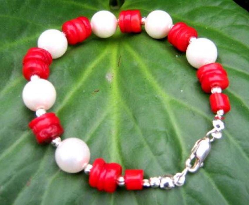 Perły białe, czerwony koral  i srebro - bransoletka