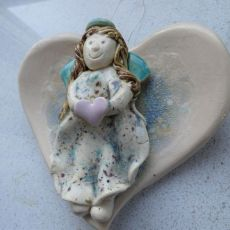 Aniołek ceramiczny na dużym sercu