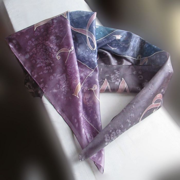 Alfabet, jedwabna chusta w odcieniach fioletu