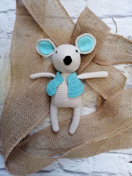 Myszka na szydełku w niebieskiej kamizelce