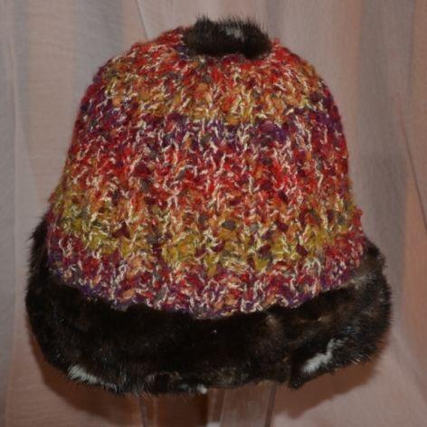 Kolorowa czapka wykończona skórkami z norek