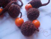 szydełkowe korale pomarańczowymi kulami