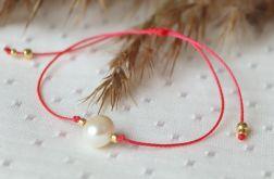 Czerwona bransoletka z perłą na szczęście