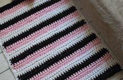 szydełkowy dywan w pasy