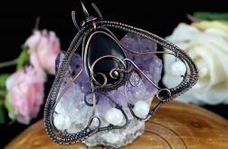 ćma, miedziany wisior z kamieniem księżycowym