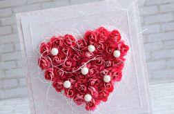Fuksjowe róże i perły w sercu