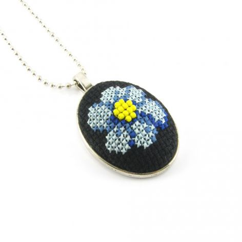 Kwiat w medalionie