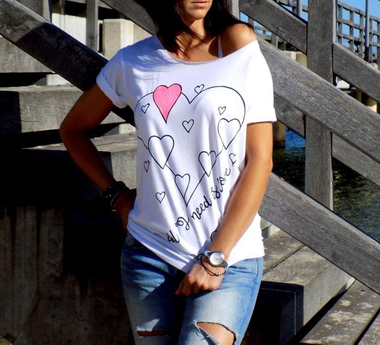 """t-shirt luźny """"ALL I NEED IS LOVE"""""""