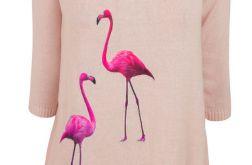 Sweterek z naszywkami flamingi.