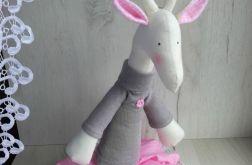 Żyrafa Tilda w spódniczce przytulanka różowa
