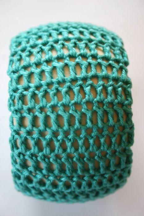 AAB: Drewniana bransoletka w szydełkowym ubranku -