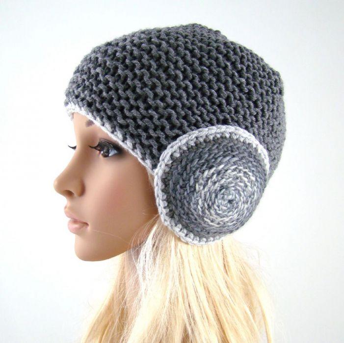 szara czapka z okrągłymi nausznikami -