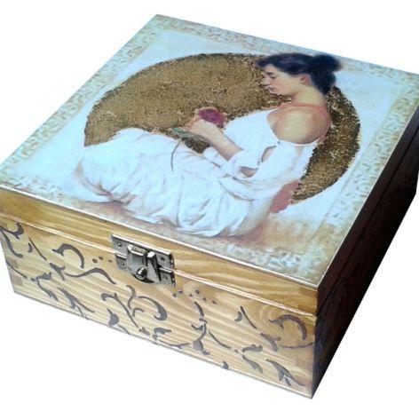 KOBIETA Z RÓŻĄ - herbaciarka, pudełko