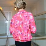 damska różowa bomberka w geometryczne wzory