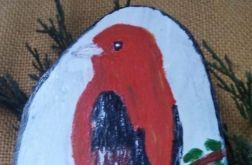 Ptaszek malowany na plastrze drewna brzozowego - zawieszka