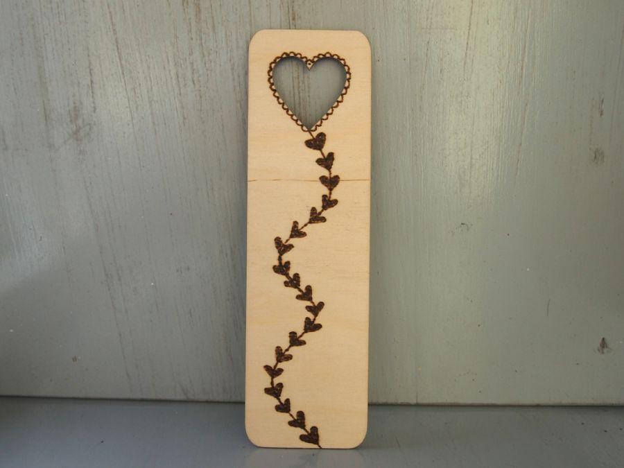 drewniana zakładka z latawcem sercem