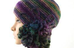 czapka we fioletach i zieleniach z ozdobą