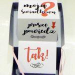 Pudełko z pytaniem do świadkowej lub świadka - Jasnoszare pudełko z różową tasiemką
