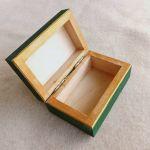 Pudełko malowane małe - Kotek w zieleni - wnętrze