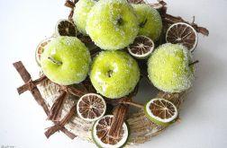Zielone jabłka w plastrach limonki