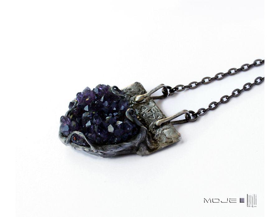 Fiolet w kryształach ametystu