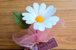 Margaretka - kwiat z filcu - brązowa doniczka