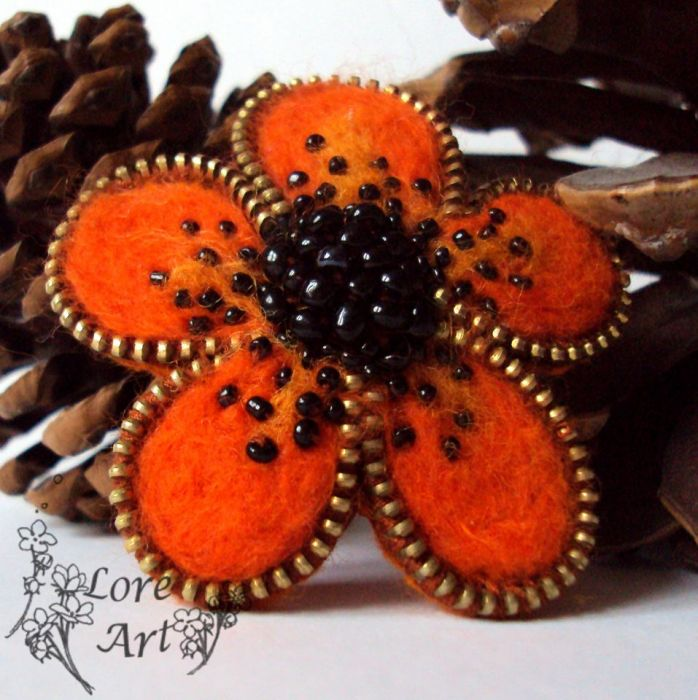 Pomarańczowy kwiatek- broszka z zamka