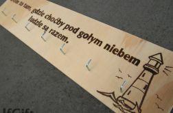 drewniany wieszak na klucze DOM z cytatem