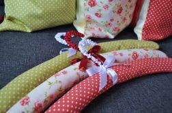 Trzy romantyczne wieszaki w kolorze truskawkowym