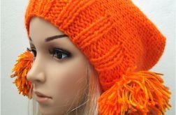 pomarańczowa czapka z pomponami