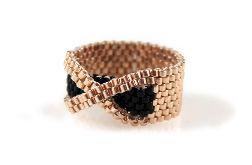 pierścionek z koralików złoto czarny