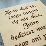 drewniana tabliczka z cytatem działanie - personalizowany napis