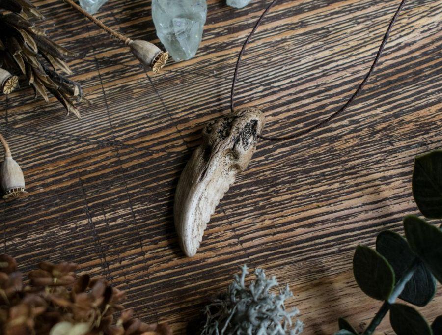 Wisior z naszyjnikiem w formie smoczego kła