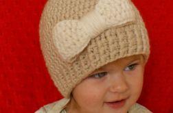 Beżowa czapka z kokardą