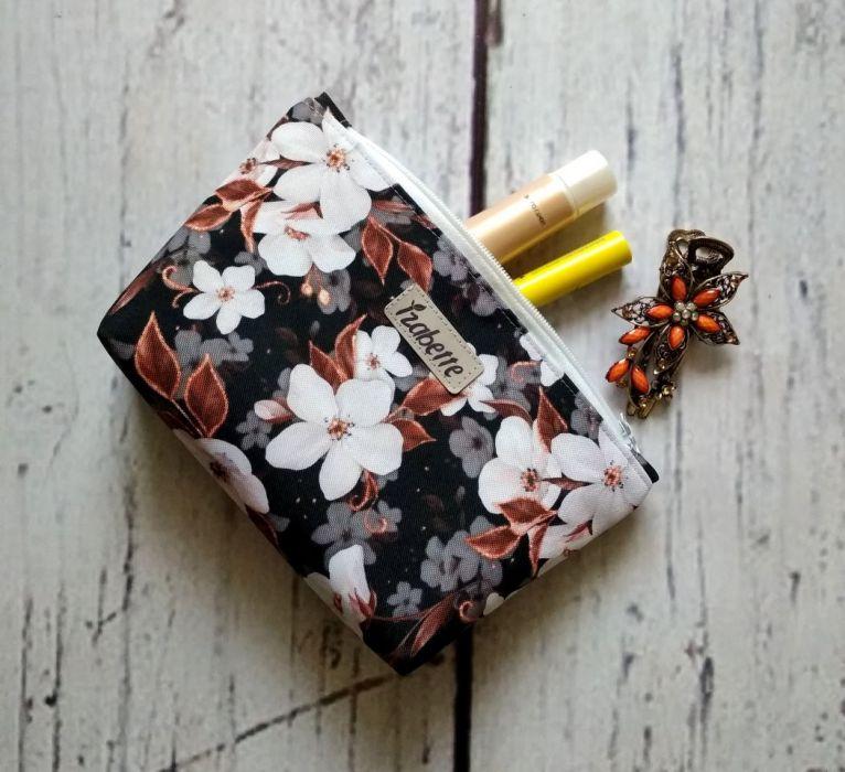 Kosmetyczka w białe kwiaty