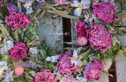 Letni naturalny wianek z suszonych piwonii, róż
