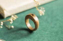 Orzechowy pierścionek z cytrynem