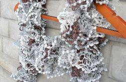 RUFFLE SCARF POMPON, szalik w odcieniach szarości i brązu
