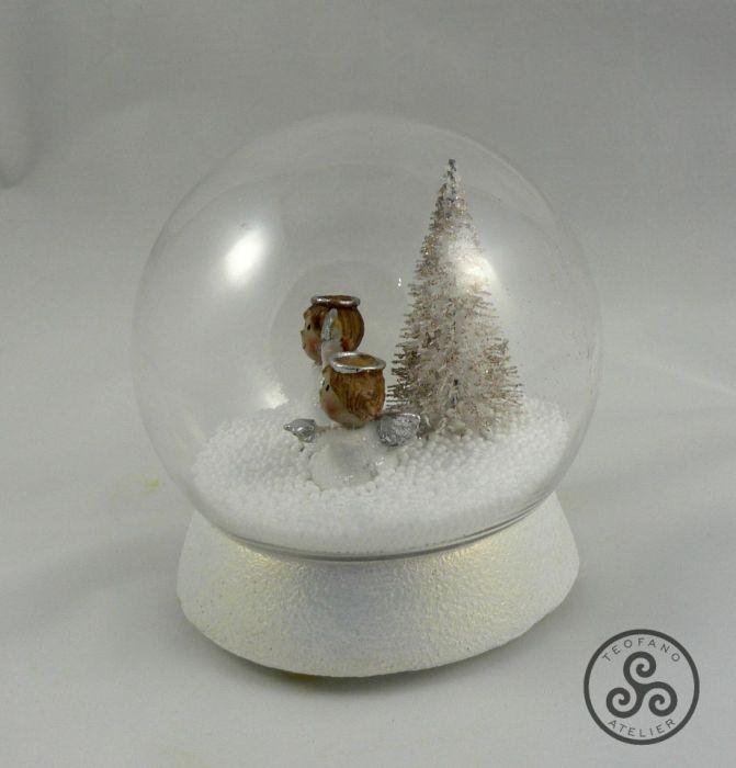 Kula z aniołkami w śniegu - anioł