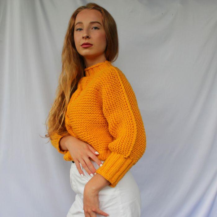 sweterek z warkoczem - kolory - bok swetra
