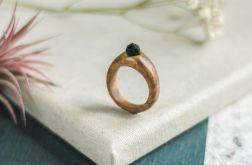 Pierścionek z drewna zielonego szkła